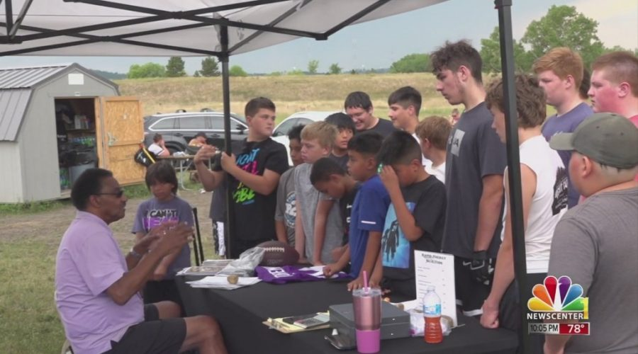 Former Minnesota Vikings player Chuck Foreman visits Rapid City Gold Football practice